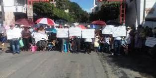 Bloquean adultos mayores calles en el centro de Chilpancingo - http://www.tvacapulco.com/bloquean-adultos-mayores-calles-en-el-centro-de-chilpancingo/