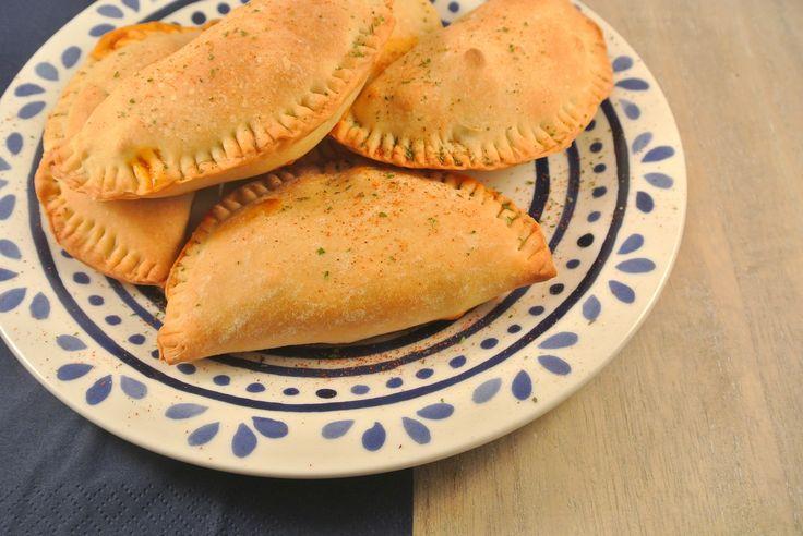 Empanadas zijn gevulde deegflapjes met een vulling naar keuze. Voor de vulling hebben wij gebruikt: gehakt, prei, tomatenpuree, knoflook en kruiden