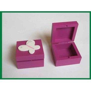 Mała Szkatułka na Biżuterię dla Dziewczynki z Drewna z Motylkiem - Śliczna drewniana szkatułka na malutkie drobiazgi takie jak kolczyki, spineczki, gumki, wsuwki, monety. Super dziewczęce kolory: odcienie fioletu. Czy jest bezpieczna dla twojego dziecka? Sprawdź!