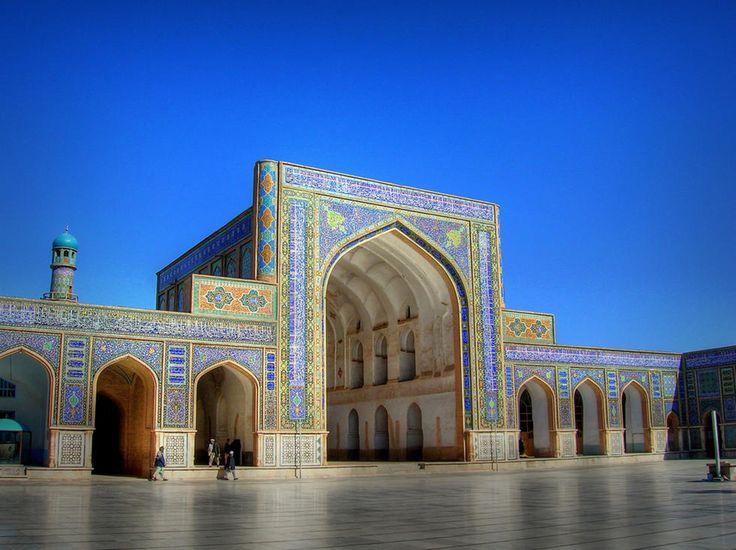 Esta preciosidad de monumento Oriental es la Mezquita azul de Mazar i Sharif que significa Noble Sepulcro y se encuentra en la provincia de Balh.  Para culturilla general deciros que Mazār es la capital de la provincia de Balh, y es a su vez la 3ª ciudad más grande de Afganistán.  Sorprendentemente según me contaron sigue en pie a pesar de los más de 19 años de guerra, haciendo de ella una de los más bellos monumentos y considerada como joya patrimonial del Afganistán.  Dos son las cosas que…