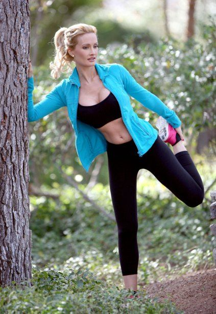 **EXCLUSIVE** Holly Madison displays her stunning figure complete with six pack abs on a jog in Las Vegas,NV.