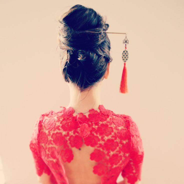 Pic à cheveux geisha doré et rouge à pompon