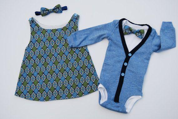 Dieses Angebot gilt für 2 Outfits-ein für einen kleinen Jungen und eine für ein Mädchen. Das Baby-jungen-Outfit umfasst eine langärmelige Strickjacke