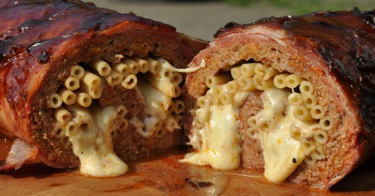 Die Mac'n Cheese Bacon Bomb ist gefüllt mit Makkaroni und würzigem Käse. Eigentlich eine recht einfache und doch unglaublich leckere Variante des gefüllten Hackbratens im Speckmantel. Krosser…