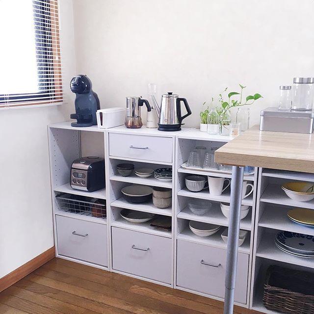 kitchen / dining . カラーボックスのキッチンカウンター。 主に洋食器、和食器で分けてまとめています( ˊᵕˋ* ) . 炊飯器の近くにお茶碗置いたり、テーブルからすぐ手の届く位置にコップがあると便利です(^^)♪ . . #カラーボックス #食器 #食器棚 #皿 #キッチン #キッチン収納 #ニトリ #シンプル #シンプルインテリア #賃貸インテリア #ホワイトインテリア #塩系インテリア #収納 #見せる収納 #シンプルな暮らし #片付け #整理整頓 #観葉植物 #豆苗 #ポトス #kitchen #kitchendecor #kitchenorganization #cabinets #whiteinterior #simpledecor #minimalist #minimalstyle #apartment #dishes