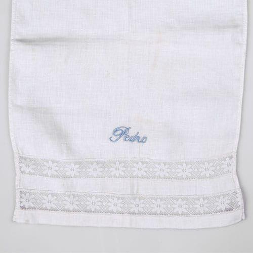Toallita de acristianar. Finísimo tejido de bautizo confeccionado en batista blanca o beige y puntilla de Valencie de hilo en el mismo tono. Lleva bordado los datos que desees incluir, como nombre y fecha que nos indiques