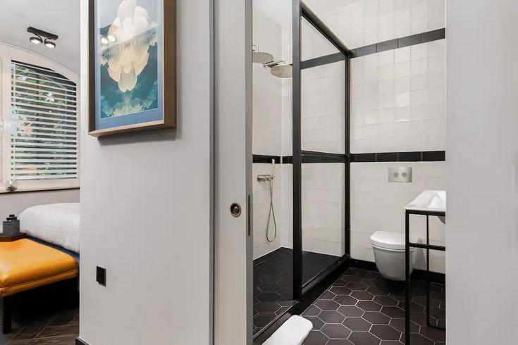 Fenetres En Demi Lune Dans Un Appartement Au Style Industriel Et Elegant A Londres En 2021 Style Industriel Appartement Salle De Bain Appartement