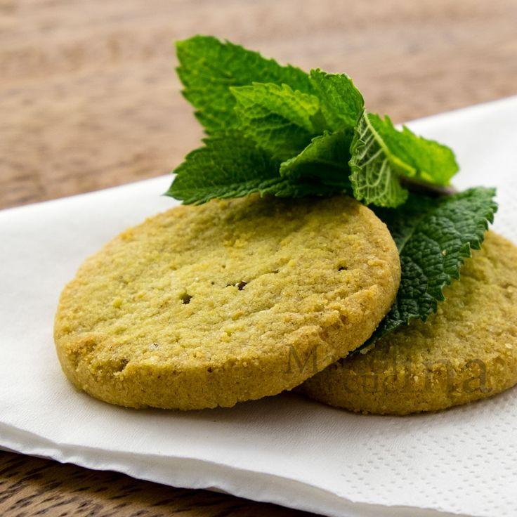 Se volete provare dei dolcetti veloci e leggeri, non perdete i biscotti alla menta senza burro e senza latte. Buoni, fragranti e semplicissimi da preparare.