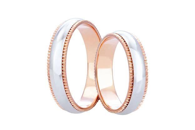 Netradičně dekorované snubní prsteny jsme navrhli pro budoucí novomanžele, kteří ocení eleganci a efektní vzhled barevné kombinace červeného a bílého zlata.