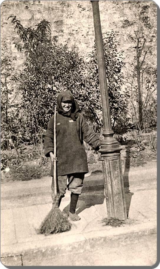 Kadın temizlik görevlisi arkadaşımız.- 1920 ler.Elektrik direğinin bile ruhu varmış o zamanlar.