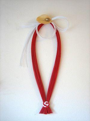 赤い水引と白の水引を使ったモダンなお正月かざりです。|ハンドメイド、手作り、手仕事品の通販・販売・購入ならCreema。