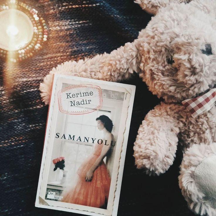 İyi günler sevgili okurlar.  Bugün size aşklı ihtiraslı ve bol entrikalı klasik bir Türk romanıyla geldim; Samanyolu. Bu kitabı 5-6 sene önce okumuştum. Hatırlarsanız o zamanlar dizisi oynuyordu ve annem izlememe izin vermediği için meraktan gidip kitabını almıştım  Kitap iyi hoş fakat 11 yaşındaki bi çocuğun okuması ne kadar doğru bilinmez... Her neyse kitap; harika. Ben böyle entrikalı kitapları çok severim. Eski Türk roman yazarları da bu işi çok güzel yapıyor. Kerime Nadir zaten bu…