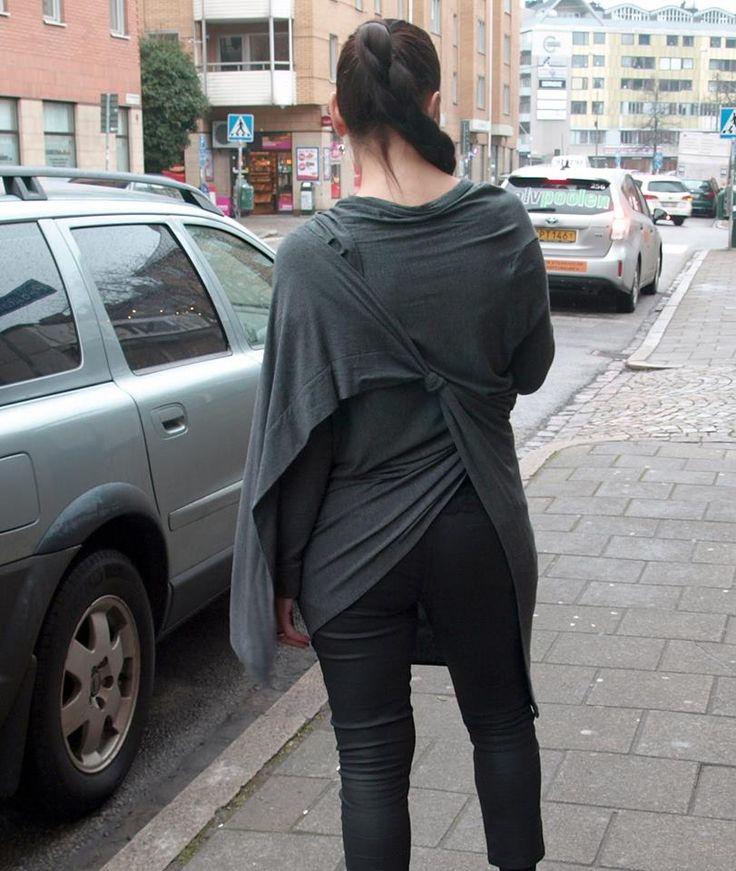 """Hej, hej, Dagens outfit består enbart av en grå kofta (modell Cozy) från DKNY (Donna Karan New York – en av de största amerikanska stilbildarna) och ett par svarta jeans i """"leather look…"""