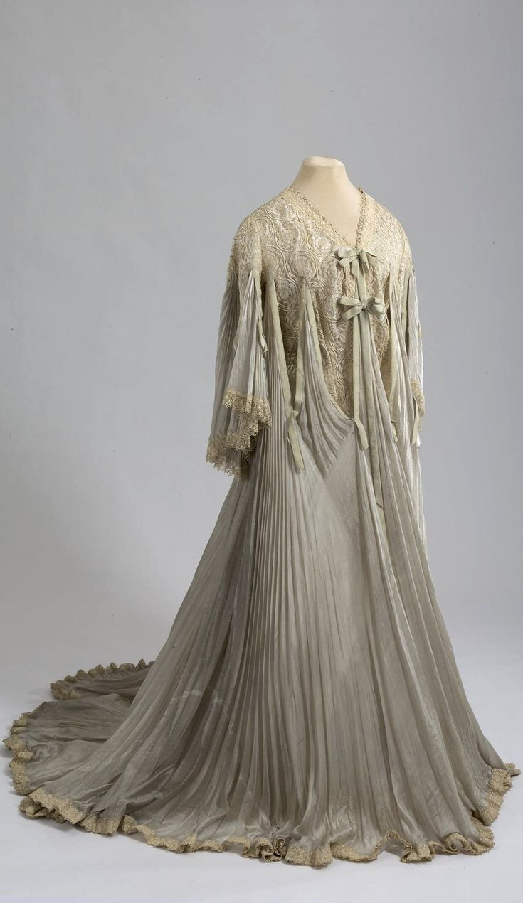 Morning dress or wrapper, belonging to Empress Alexandra Fyodorovna. Made by Jules Florand, St. Petersburg, Russia. 1901-03. Silk muslin, lace, silk, tulle lace. Collection of State Hermitage Museum.
