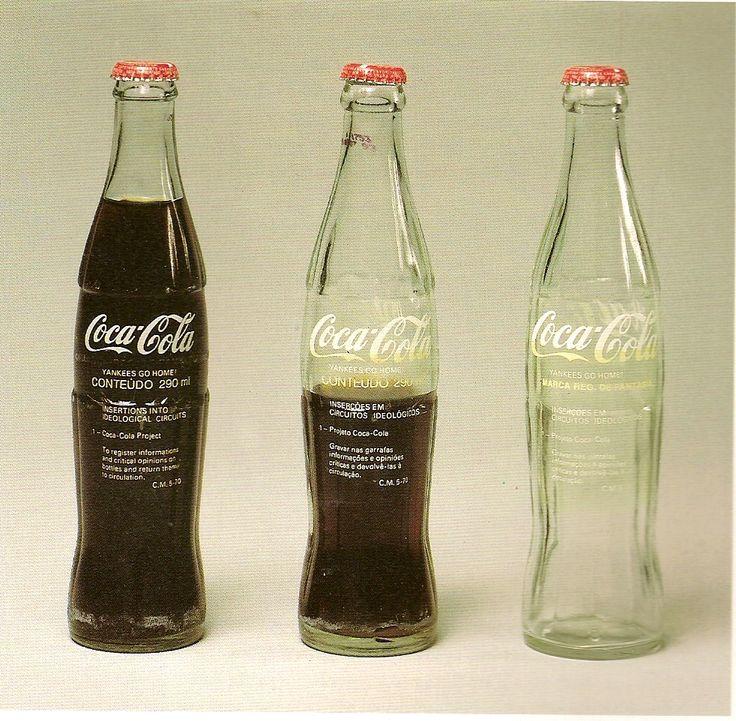 Cildo Meireles. Inserções em circuitos ideológicos: Projeto Coca-Cola (1970). Silk-screen sobre garrafa de vidro.