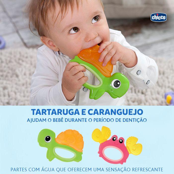 A Tartaruga e o Caranguejo são os brinquedos marinhos ideais para o período de dentição, ajudam o bebê nessa fase tão importante. As partes com água oferecem uma sensação refrescante, são macios e fáceis de pegar. Mais alívio para seu pequeno!
