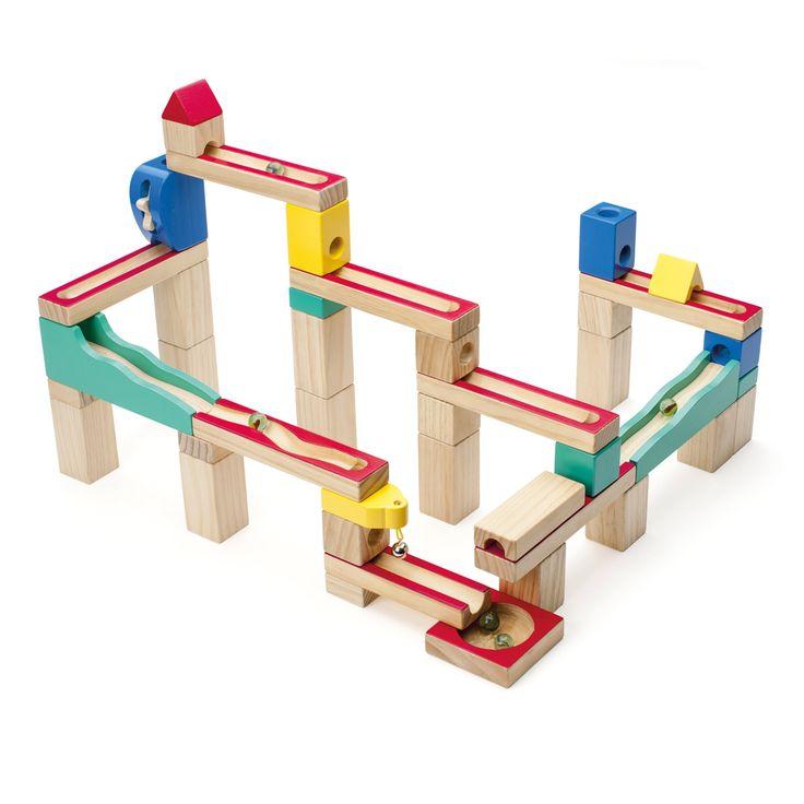 En assemblant les 41 pièces en bois, l'enfant construit un circuit. Il empile 2 ou 3 cubes pour créer différents niveaux, construit un pont et un tunnel, pose les rails. Les billes parcourent l'ensemble du parcours, du plus haut au plus bas. 3 modèles de circuit sont présentés dans la notice, mais les combinaisons sont infinies. C'est aussi ludique de construire le circuit que de regarder la bille le parcourir.