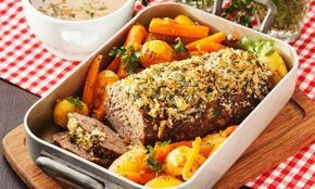 Köttfärslimpa med sting av rosmarin toppad med knaprigt strössel är riktig festmat. Servera tillsammans med ugnsbakade grönsaker och njut av en enkel, billig och god festmiddag!