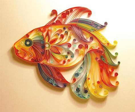 papieren vis. Techniek: papier filigraan (met gekleurde reepjes. Best lastig te maken.