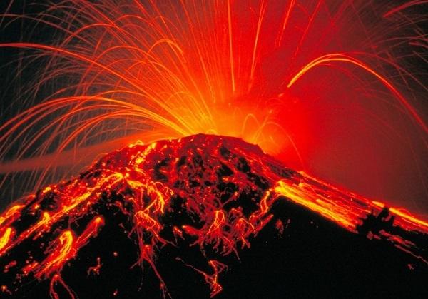 Um vulcão é uma abertura ou fissura na crosta terrestre através da qual a lava, cinzas, rochas e gases entram em erupção. Um vulcão é também uma montanha formada pelo acúmulo desses produtos eruptivos. Saiba aqui como os vulcões se formam e funcionam.