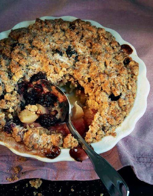 """Deze appel-bramen crumble met een dakje van muesli is leuk om te maken en een waar genot om op te eten. Perfect voor op koude dagen, net als de andere recepten uit """"Home made winter"""" van Yvette van Boven: http://www.fontaineuitgevers.nl/wp/wp-content/uploads/9789059564763-Home-Made-Winter.pdf"""