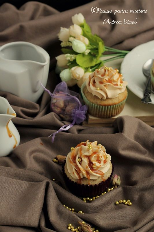 Da!  Din nou cupcakes, unele delicioase si fine, cu aroma de banana si caramel, pufoase si cu o crema fina si usoara.  Nu am cum sa le evit, este primul desert la care ma gandesc cand sunt in pana de idei pentru ca se pot face in mii de combinatii delicioase 🙂  …