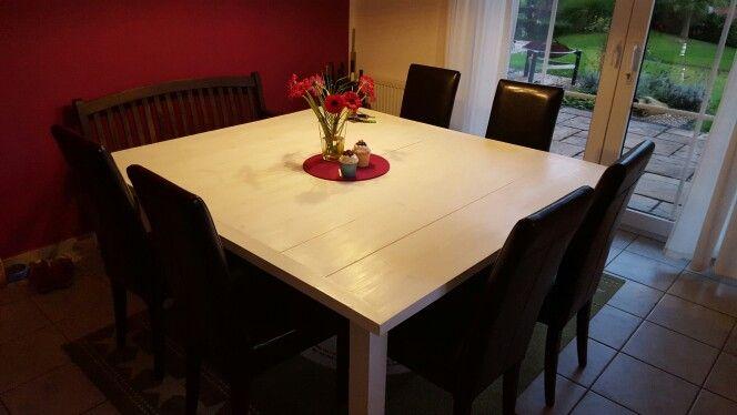 Lange... lange... haben wir nach einem massiven Tisch in der richtigen Größe gesucht. Entweder passten die Maße nicht, oder der Preis war jenseits von gut und böse. Somit ging es dann ab in den Baumarkt und mit einer Kofferraumladung Bauholz wieder zurück in die Garage. Somit haben wir nun einen Tisch in den Maßen die wir wollten und das noch für ein 10tel des Preises. Für den ersten eigens gebauten Tisch ... schon ganz gut geworden.