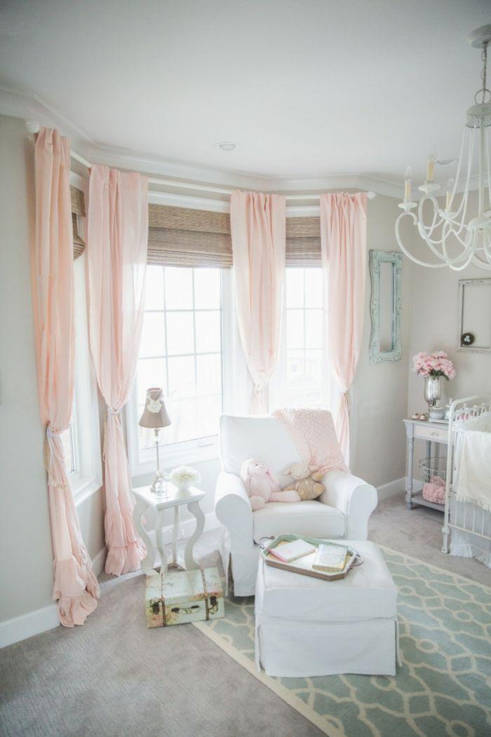 colores pastel, decoración sala de estar en blanco con sillón, cortinas en rosa pastel, lámpara de araña y flores