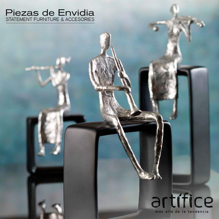 Los músicos están fundidas en aluminio, y cuentan con un acabado texturizado, baño de plata. Cada músico está descansando sobre una base de color negro mate, ideal para un tema de conversación mesa de café, una mesa o estantería vestíbulo.