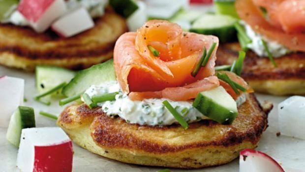 Blinis med laks og dip | Opskrift på nem og lækker forret med laks | SØNDAG