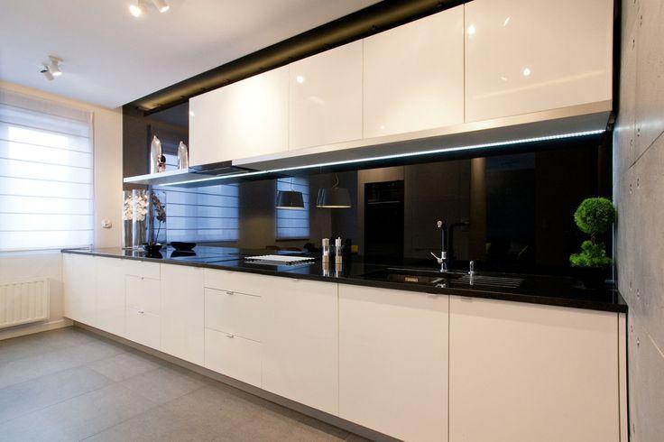 Minimalistyczna kuchnia, czarno biała kuchnia, biała kuchnia, nowoczesna kuchnia. Zobacz więcej na: https://www.homify.pl/katalogi-inspiracji/34544/jak-urzadzic-mieszkanie-w-minimalistycznym-stylu