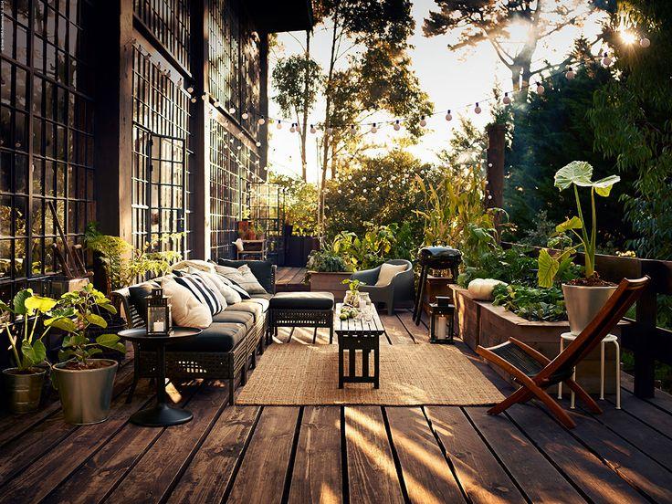 Med KUNGSHOLMEN kan du bygga din egen loungegrupp för lata sommarkvällar. Den blir precis så stor eller liten som du vill ha den. Sektionerna är gjorda i konstrotting och aluminium och är helt underhållsfria.