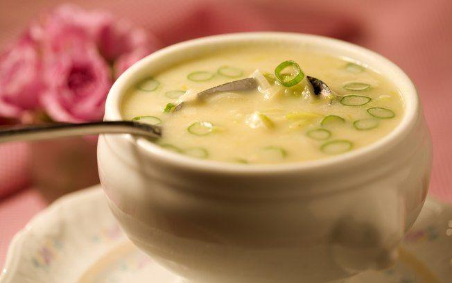 1 batata-doce média descascada e picada  - 3 xícaras (chá) de caldo de legumes sem gordura  - 1 xícara (chá) de leite desnatado  - 2 alhos-porós médios limpos e em rodelas finas  - 2 colheres (sopa) de margarina light  - 2 colheres (chá) de sal  - Para decorar : cebolinha-verde