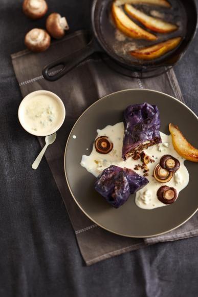 Rotkohl-Rouladen mit Pilzen