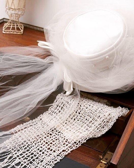 美意識を高めるウエディングハットでレディシックな佇まいを… . . 今日はとても寒かったですね。明日も寒い様なので、体調には気をつけてくださいね♪ . #ウエディングドレス#和装#挙式#フォトウエディング#お衣裳さわらぎ#京都結婚物語#プレ花嫁#貸衣装#2017秋婚#2017冬婚#2018春婚 #kimono #kyoto#wedding#weddingdress