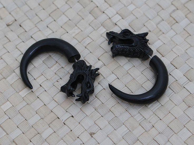 Pendientes de falso medidor del dragón está hecho de cuerno de búfalo con bonito detalle en la cabeza del dragón. Estos pendientes son de 38 mm de largo, el post está con perforación regular y caben en la oreja, que parece que llevas un par de calibre.  ## DETALLES DEL ARTÍCULO ## ---------------------------------------------------------------------------------------------- ~ Cantidad: 2pcs (1 par) ~ Tamaño de: 38 mm de altura ~ Color: negro ~ Material: reciclado de cuerno de búfalo ~ Metal…
