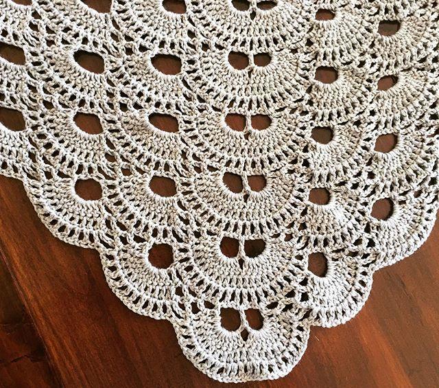 Er som så mange andre faldet for dette #virussjal og det er super nemt når først man har fået gang i mønsteret😊 Tak @yarn_opheliac for inspiration😃 #hæklerier #hækletsjal #virussjal #crochetshawl #virusshawl #garn #bomuldsgarn #yarn #smuktmønster #dejligtnemtathaveitasken #crochetonthego #homemade #handmade
