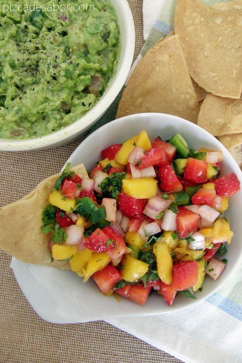 Salsa de fresa, mango, jalapeño y cilantro para botanear o para acompañar pescados y mariscos.