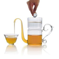 This light, transparent teapot of hand-blown glass is doubly delightful—ingenious and easy, it is poetry in potion!   A steady push on the knob slowly fills the cup, thanks to the laws of physics and of hospitality: the pressure makes the tea flow naturally from pot into cup, down to the last drop.