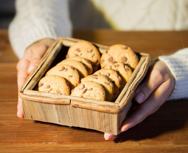 """Η Αμερικανίδα Dorie Greenspan είναι βραβευμένη συγγραφέας βιβλίων μαγειρικής -με 12 βιβλία στο ενεργητικό της, παρακαλώ- και ένα blog με απίστευτα λαχταριστές συνταγές. Το τελευταίο της βιβλίο, που κυκλοφόρησε πριν λίγες μέρες, έχει τον τίτλο """"Dorie's Cookies"""". Ποια θα ήταν καλύτερη λοιπόν, να μας δώσει tips για να φτιάξουμε τα τέλεια μπισκότα;"""