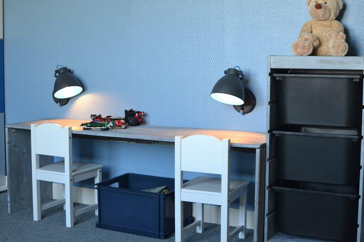 Kastje (Ikea) in zelfde kleur geverfd als bureautje (antiek-look)