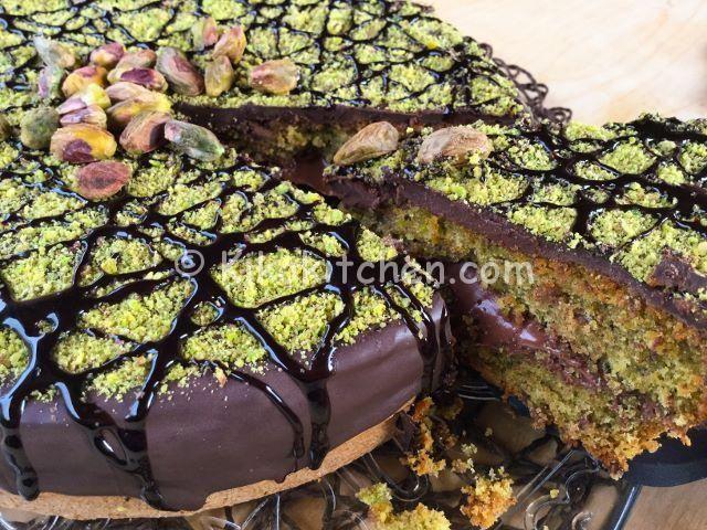 La torta cioccolato e pistacchio è una torta golosa, dal sapore intenso. Una torta morbida, farcita con nutella o crema alla nocciola.