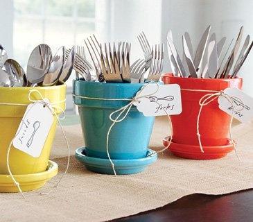 Une idée simple pour vos égayer vos tables de buffets à la maison: présenter vos couverts dans des pots de jardins colorés.   Si vous avez des pots en terre naturels, ils vous suffit de les peindre avec de l'acrylique.  Photo de Lucas Allen