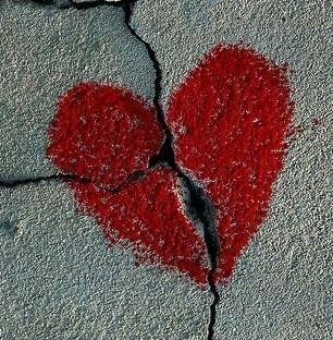 Ce qui a été brisé Ne sera plus jamais Aussi beau qu'il l'a été Le réparer ne lui rendra pas sa valeur Ce qui a été brisé reste à tout jamais Abîmé..