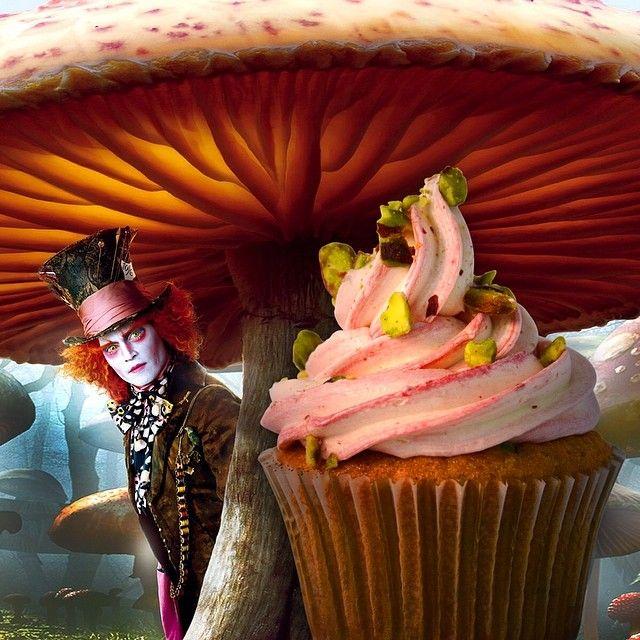 """Ο Τρελοκαπελας ειναι μια απο τις κυρίαρχες φιγούρες στην ιστορία της Αλικης! Τρελός, ιδιοτροπος, χαμογελαστός και με μεγάλη αγαπη στο τσάι αναρωτιόταν """"why a raven is like a writing desk!"""" To cupcake του εχει γεύση lime, βατόμουρο και φυστίκι αιγινης."""