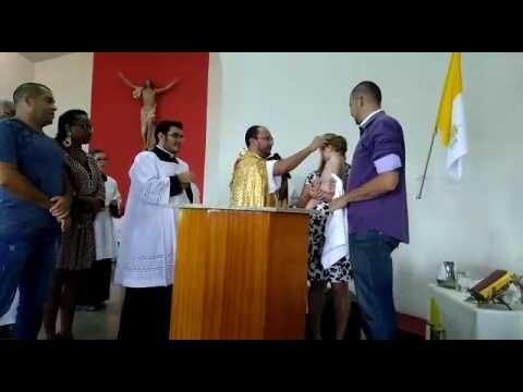 Bebê solta gostosa risada em plena pia batismal e faz toda a igreja rir junto