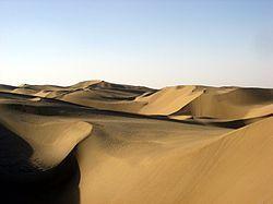 Ocupa un área de 270 000 km².Excepto por el este, está rodeado de altas montañas. Se llama Taklamakán, en China.