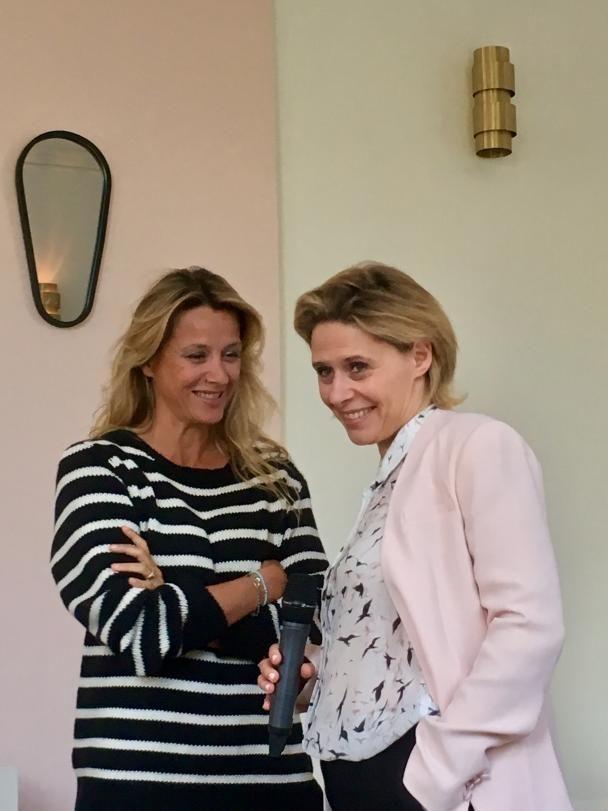 Sarah Lavoine et Sarah Michel -Stevens, DG de Galénic complices lors de la présentation du nouveau soin Diffuseur de Beauté Booster d'Eclat à la poudre de rubis (mi-mai en pharmacie)