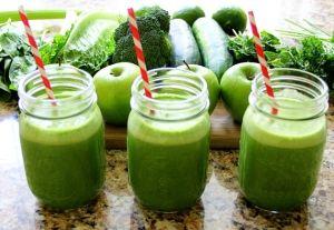 Рецепт смузи от супермодели Жизель Бюндхен:  1 лимон. 1 огурец. 1 яблоко. 1 пучок листьев кейла или шпината. Все это пропустить через соковыжималку. Если тебе понравится и ты привыкнешь начинать свой день с зеленых смузи и соков, твоя кожа станет идеальной!