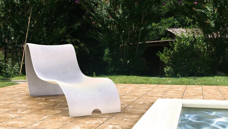 0002 VIRATA | Chaise longue en Cocciostone ou en verre-résine avec coloration sur demande.
